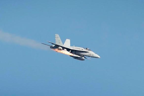 Lanzamiento de un Misil Maverick desde un F-18 en el Poligono de Tiro de Las Bardenas(Navarra). Foto: Ejercito del Aire