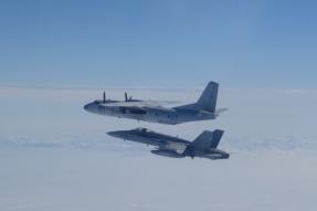 F-18 interceptando un An-24 (Foto: Ejercito del Aire)