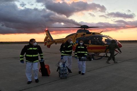 Traslado en un helicóptero del BHELEME del equipo veterinario del RAIEM