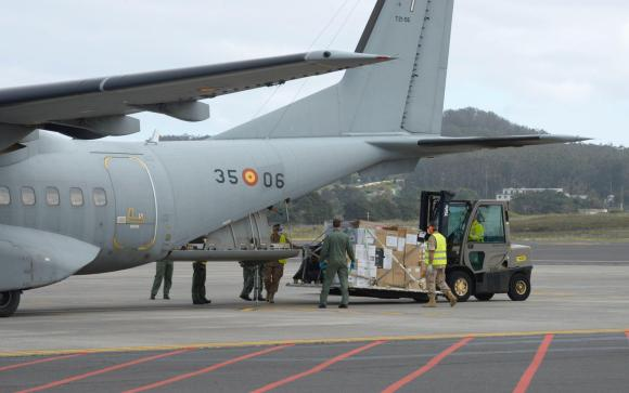 Descargando material desde un C-295 en Tenerife. (Foto: Ejercito del Aire)