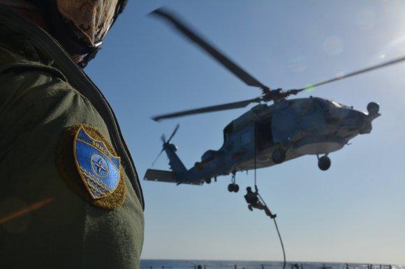 Fast Rope desde un SH-60 de la FLOAN (Foto: SNGM2)