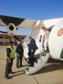 Delegado y Subdelagada visitando el avión de la GC (Foto: @DgCanarias)