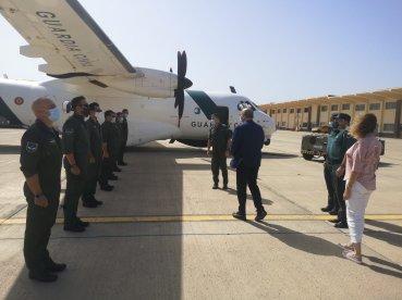 Tripulación del CN-235 junto al Delegado del Gobierno (Foto: @DgCanarias)
