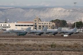 Formación F-18. Esperando para despegar por la 30R. Con dirección a las Bardenas para la realización de ejercicios de tiro (Foto: Fco Javier Chao)