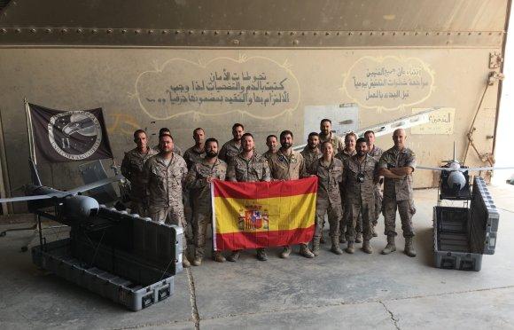 """UNADEST (Unidad Aérea Destacada) de la 11ª Escuadrilla en Irak. A los extremos dos UAV """"Scan Eagle"""" (Foto: @EMADmde)"""