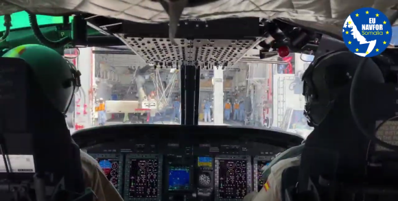 Toma en la cubierta del barco Japonés JS Ariake desde la cabina del AB-212 (Imagen: Video @EUNAVFOR)