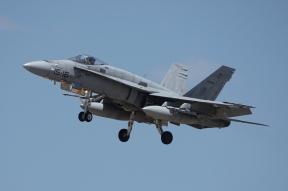 Secuencia aproximación a pista del F-18 (C.15-29/15-16) procedente de las Bardenas. (Foto: Fco Javier Chao)