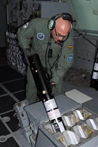 Lanzamiento de sonoboyas por parte de uno de los tripulantes del P-3Orion (Imagen:@ Ejercito del Aire)