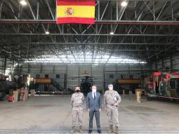 Visita del embajador Español en Mali al destacamento MASPUHEL en el aeropuerto de Bamako. (Imagen: @EMADmde)